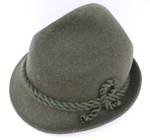 Hut mit Kordel grün